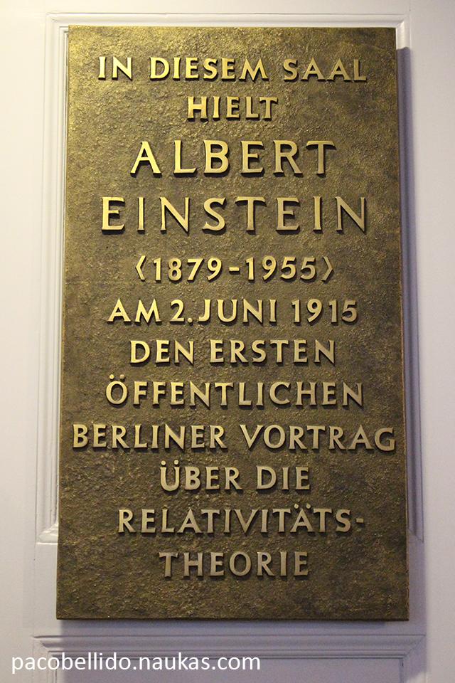 Placa conmemorativa de la sala donde Einstein dio su primera conferencia pública en Berlín sobre la Teoría de la Relatividad. Foto: © Lola Vázquez