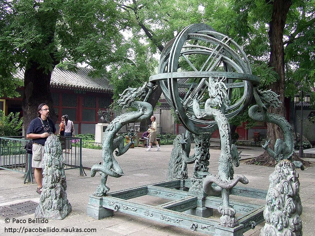Réplica de la esfera armilar construida en 1439 para la determinación de coordenadas de cuerpos celestes. El original se encontraba en este lugar y se trasladó en 1933 al Observatorio de la Montaña Púrpura de Nanjing en 1933. Crédito: © Lola Vázquez