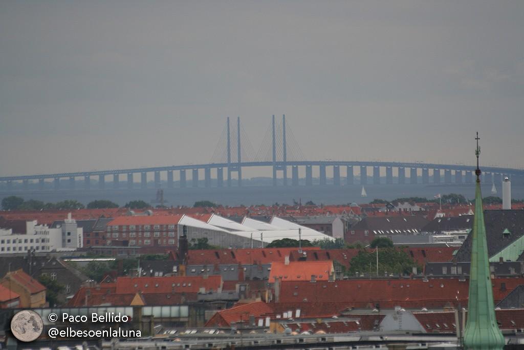 Vista desde el mirador de la Torre Redonda, al fondo se puede ver el impresionante puente de Oresund que conecta Suecia y Dinamarca desde el año 2000. Foto: Paco Bellido