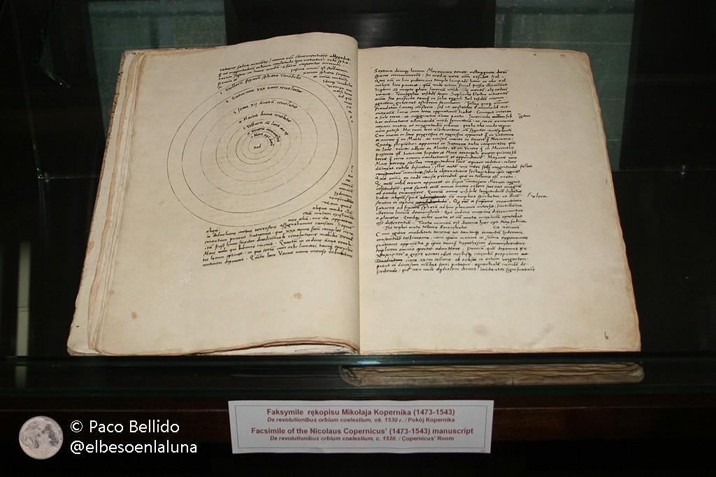 Una réplica de De Revolutionibus Orbium Coelestium. Foto: © Paco Bellido