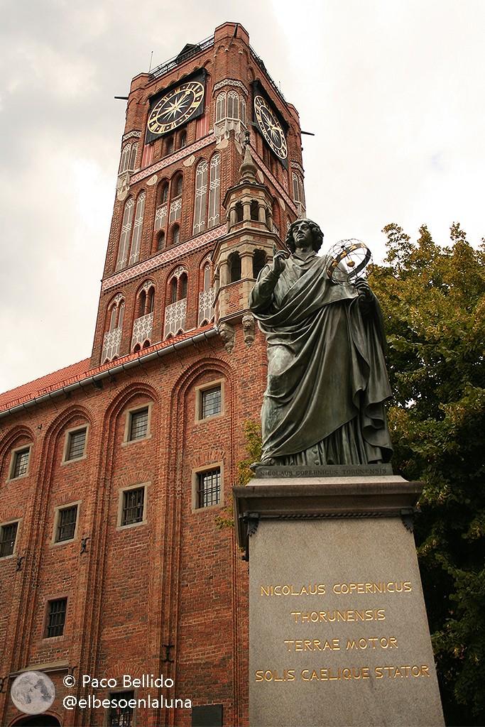 Estatua de Copérnico en el centro de Torun. Foto: © Paco Bellido