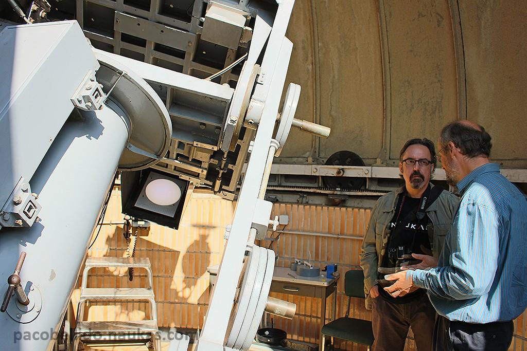 El Dr. Frédéric Clette explica al autor el funcionamiento de la tabla ecuatorial de Uccle. Foto: © Lola Vázquez