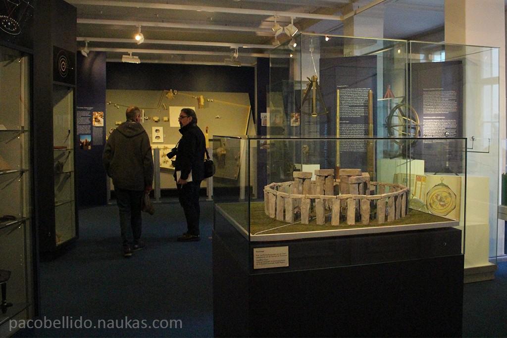 El Dr. Lühning explica al autor los planes de futuro del museo. Foto: © Lola Vázquez