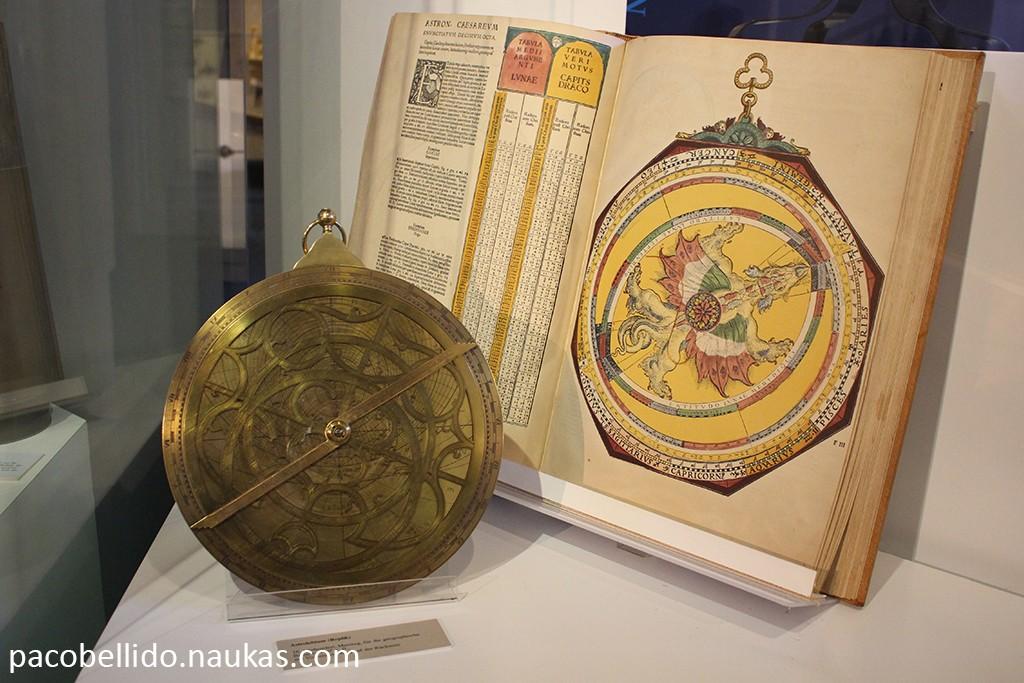 Un astrolabio y una copia del maravilloso Astronomicum Caesareum de Apianus. Foto: © Lola Vázquez