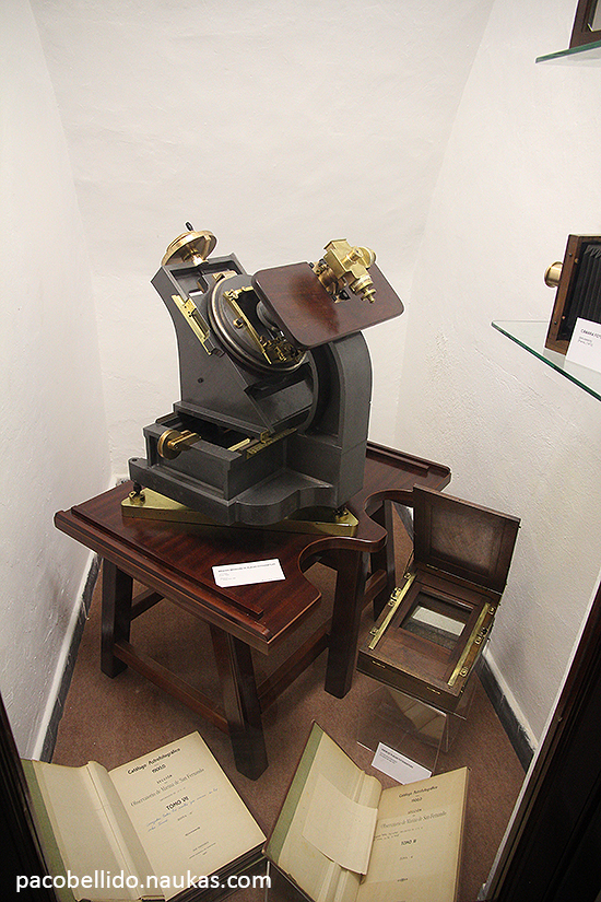 Algunos volúmenes del Catálogo Astrográfico realizado en el Observatorio y máquina para comparar negativos. Foto: © Paco Bellido