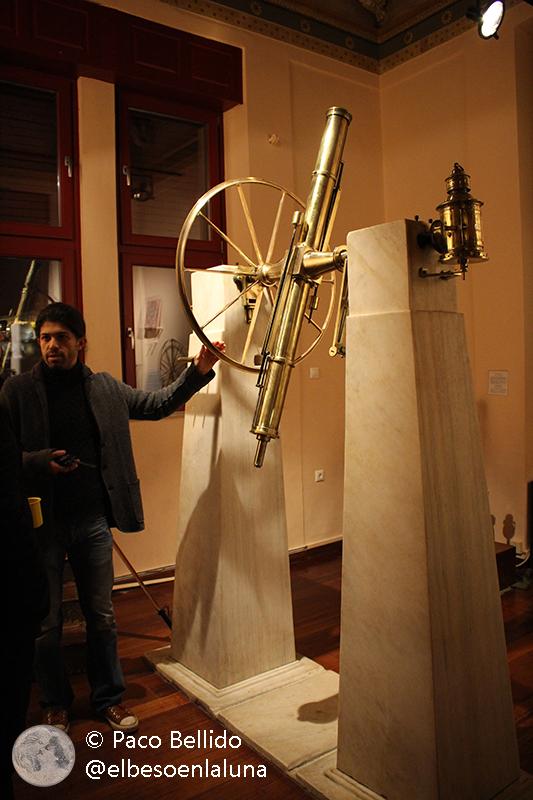 Dimitrios Tsimpidas explica las características del círculo meridiano. Foto: © Lola Vázquez