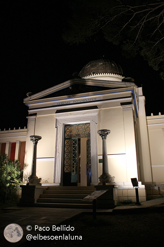 Entrada al edificio neoclásico de Hansen. Foto: © Lola Vázquez