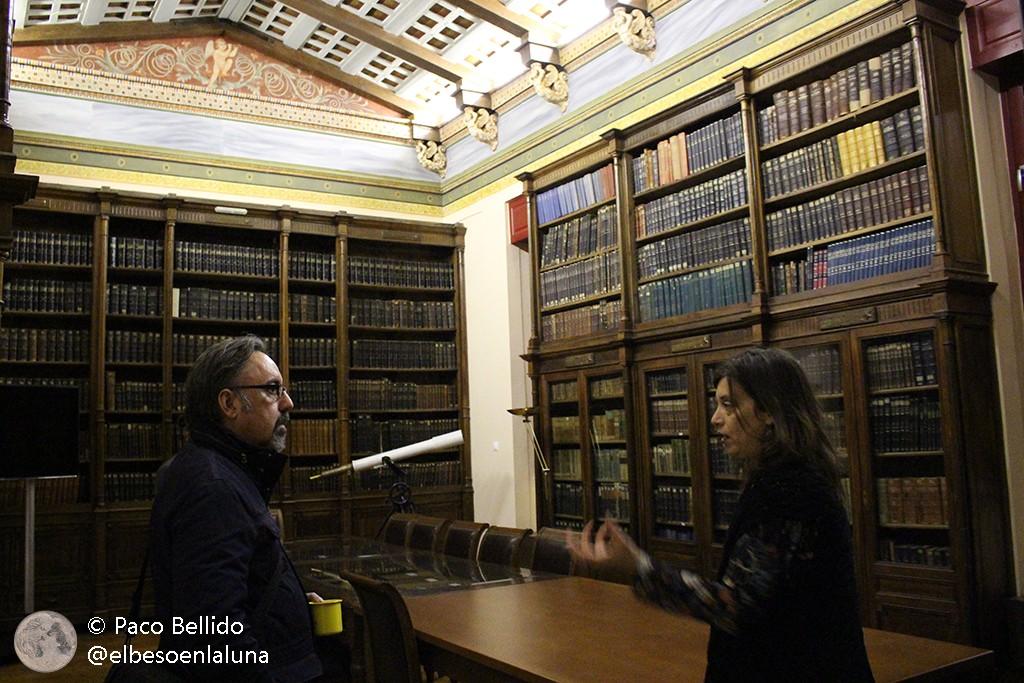 La Dra. Fiori Anastasia Metallinou explica al autor la historia de la biblioteca. Foto: © Lola Vázquez