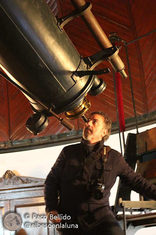 El autor observa la Luna desde el refractor histórico de Dorides. Foto: © Lola Vázquez