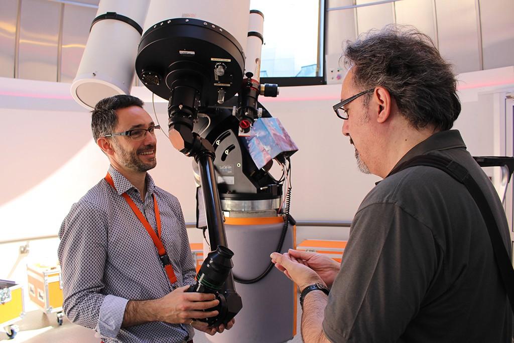 Arnaud Caron, coordinador de los programas de planetario, nos enseña el equipo astronómico de la Coupole de L'Astronomie. Foto: © Lola Vázquez