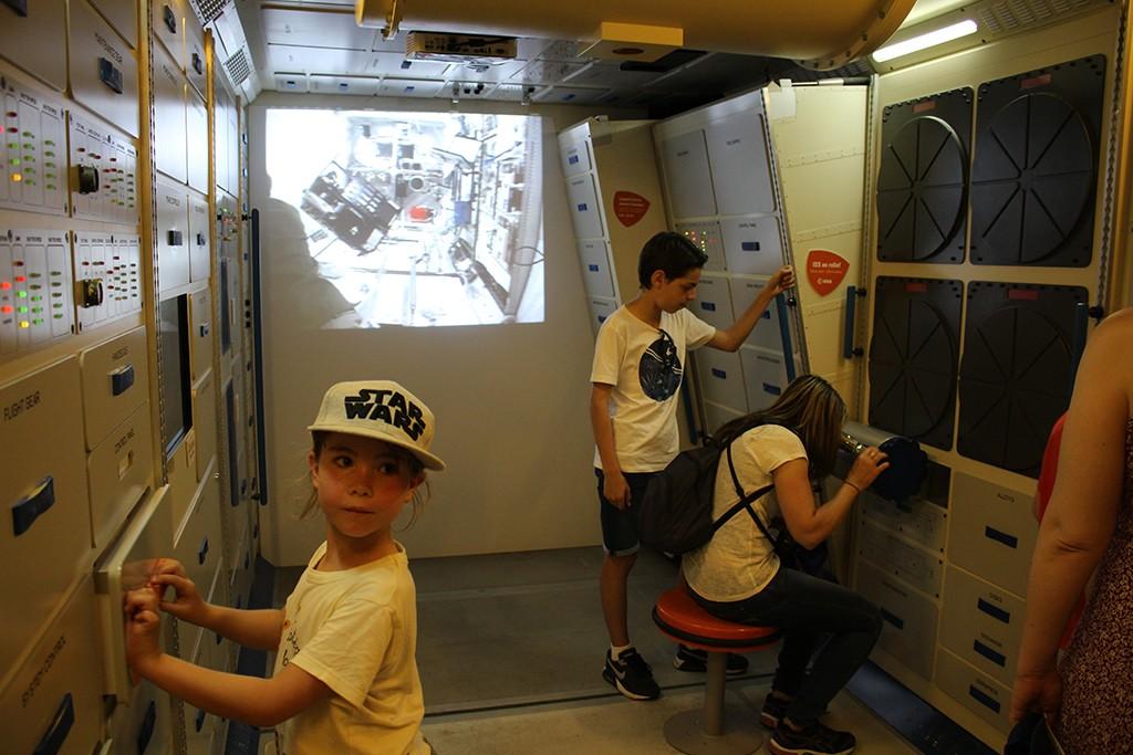 Unos niños juegan a ser astronautas en la exposición temporal. Foto: © Lola Vázquez