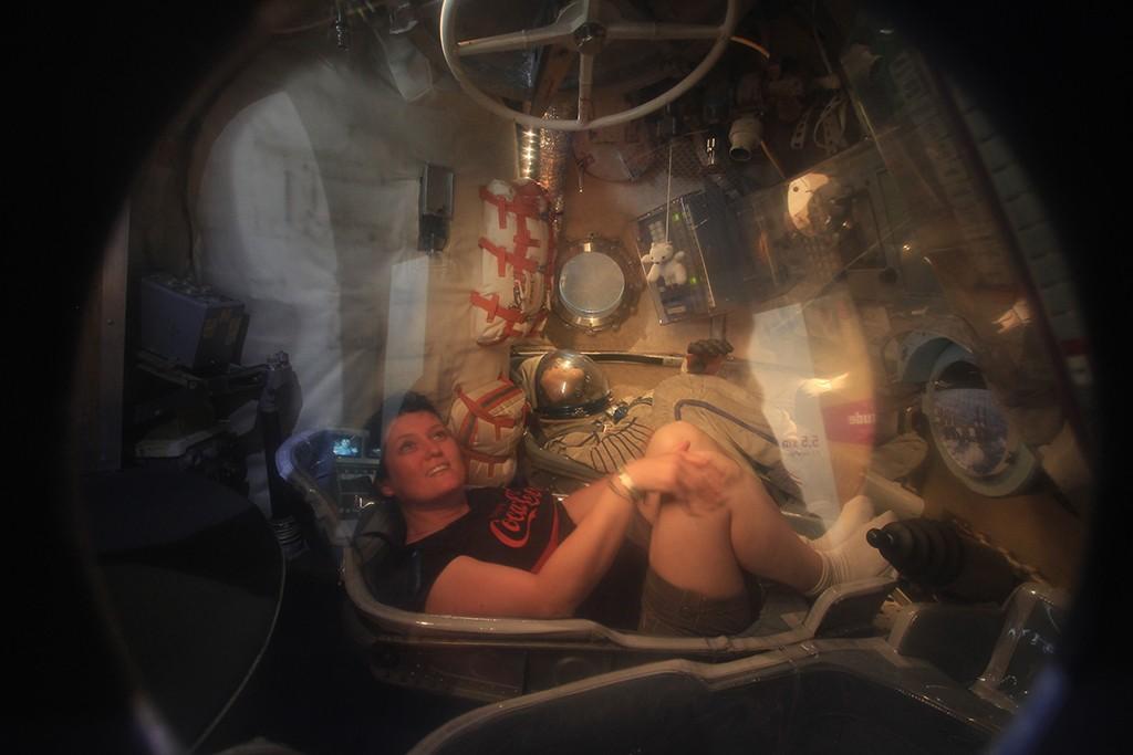 Una visitante en el interior de una nave Soyuz. Foto: © Lola Vázquez