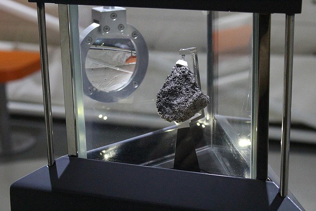 La piedra lunar de la Cité de l'Espace. Foto: © Lola Vázquez