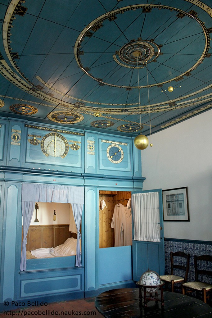 Un planetario en el salón de la casa. Fotografía: © Lola Vázquez