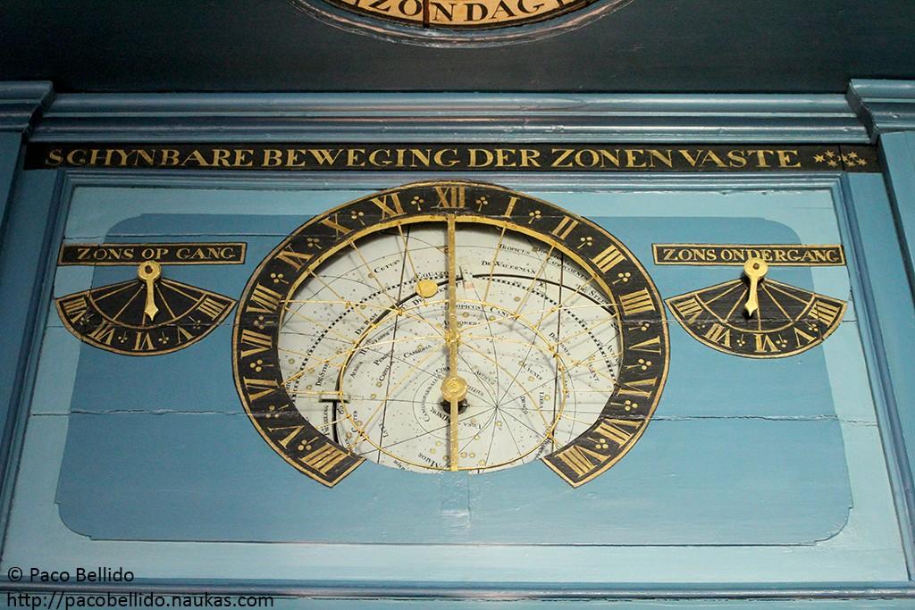 Detalle de planisferio celeste y horas de salida y puesta del Sol. Fotografía: © Lola Vázquez