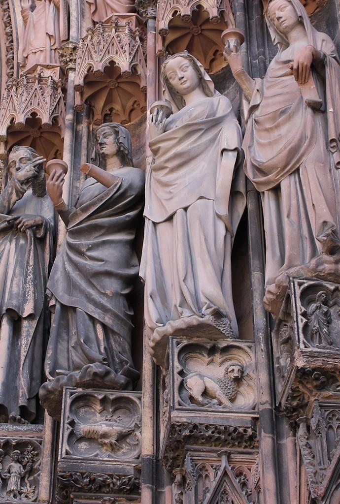 Representación de signos zodiacales bajo cada estatua. Foto: © Lola Vázquez