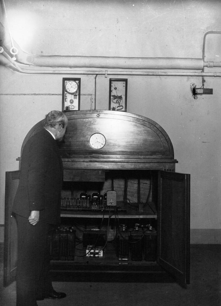 Ernest Esclangon junto a uno de sus relojes parlantes. Crédito: Wikimedia Commons
