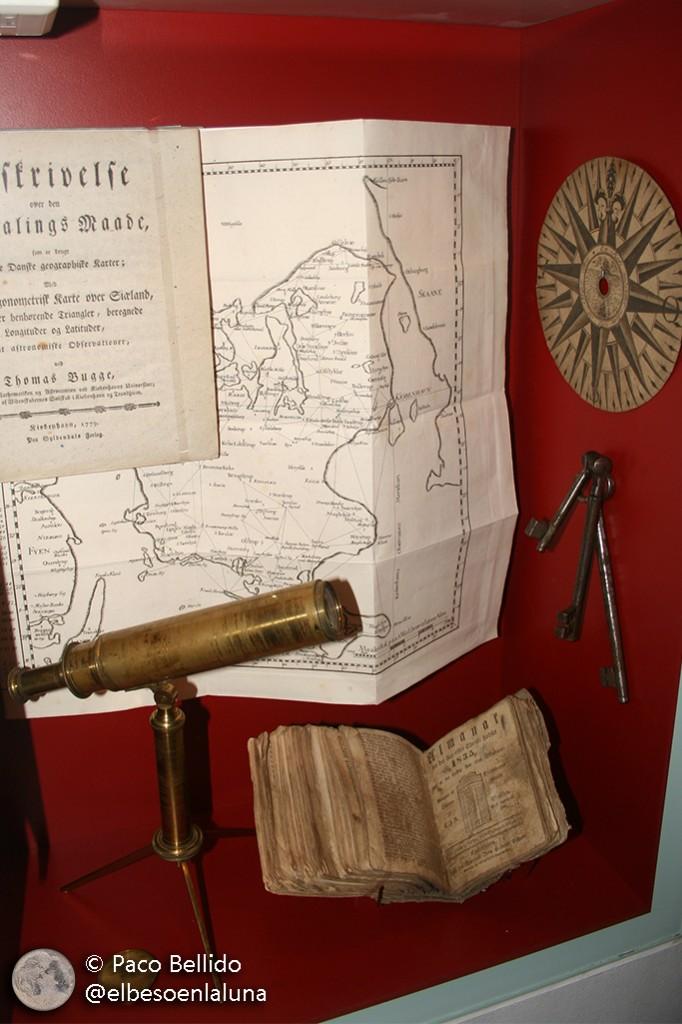 Objetos astronómicos expuestos en la torre. Foto: Paco Bellido