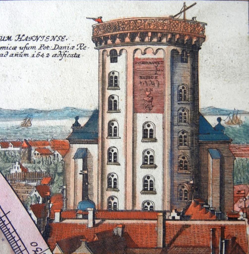 Vista frontal de la Torre Redonda, con el jeroglífico de Christian IV. Tomado del mapa de Doppelmayer