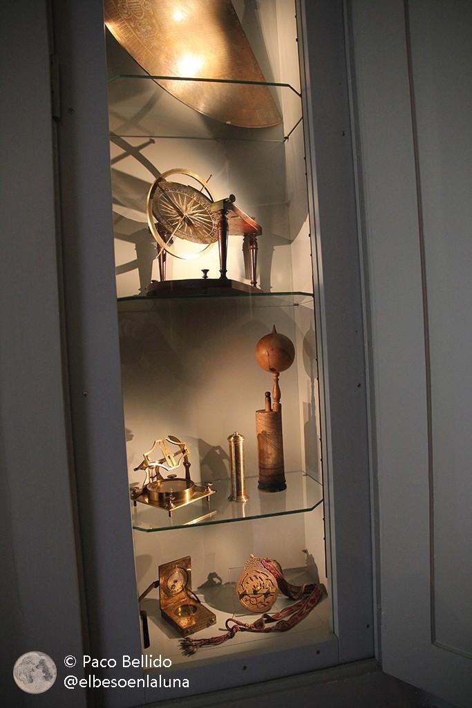 Vitrina con algunos objetos astronómicos antiguos. Foto: Paco Bellido